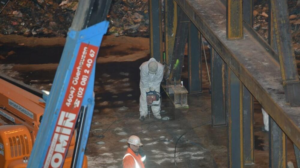 <p>Einbau von Verbundankern zur Verankerung der Bunkersohle</p>