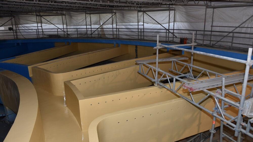<p>erster Anstrich Sika Permacor-Beschichtung, in beige</p>